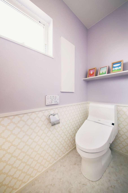 ワンズホーム【デザイン住宅、子育て、間取り】デザイン性の高いクロスは、ツートンカラーに分けることでセンス良く活用できる