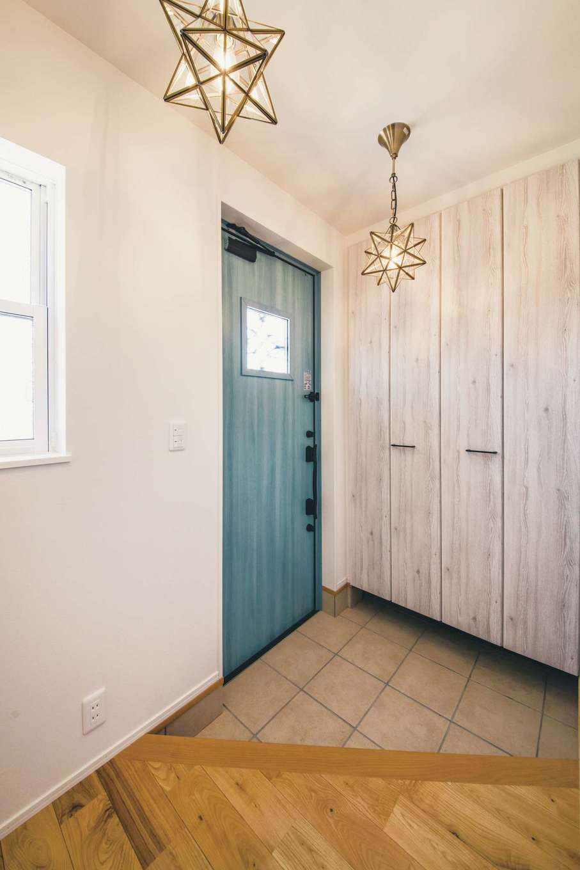 ワンズホーム【デザイン住宅、子育て、間取り】玄関ホールの照明は、奥さまお気に入りの星型を採用