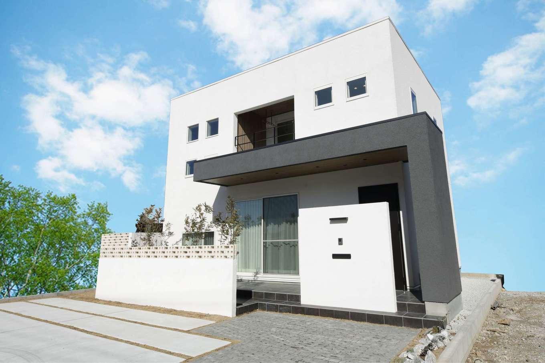レオック【デザイン住宅、収納力、間取り】「Skip」正面外観。窓や部材の大きさや配置バランス、色味や質感の印象など、隅々までこだわりぬいたデザイン。スキップフロアにより、空間も工夫されている