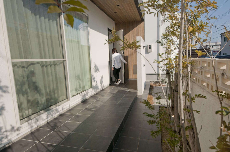 レオック【デザイン住宅、収納力、間取り】リビング窓と玄関ポーチの庇を繋げて、一体化。夏の直射日光を庇が遮って、冬は庇があっても3mまで日差しが入る