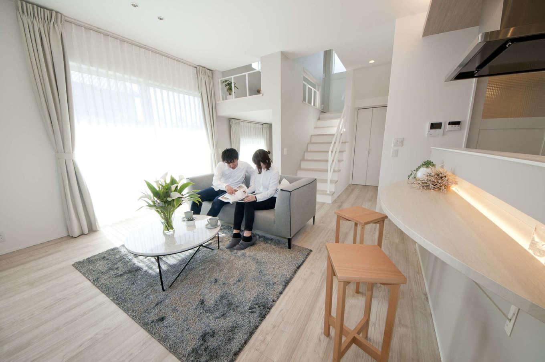 レオック【デザイン住宅、収納力、間取り】3種の内装デザインからホワイトをチョイス。インテリアコーディネーターが監修したLDKは、明るさと広さを感じる工夫が各所に施されている