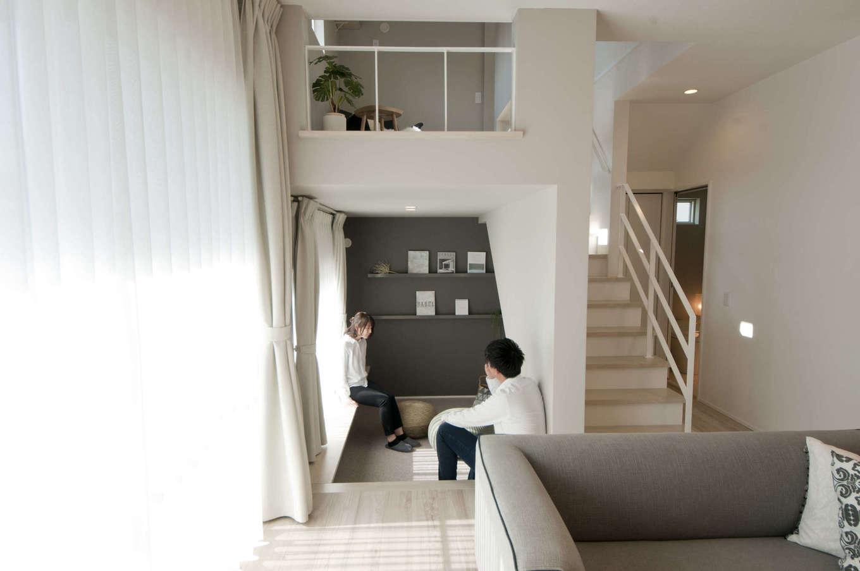 レオック【デザイン住宅、収納力、間取り】リビング横の0.5階スペース。家族のライフスタイルに合わせて、ピットリビングを選択。ゆっくり読書を楽しんだり、子供の遊びスペースにと、用途は様々