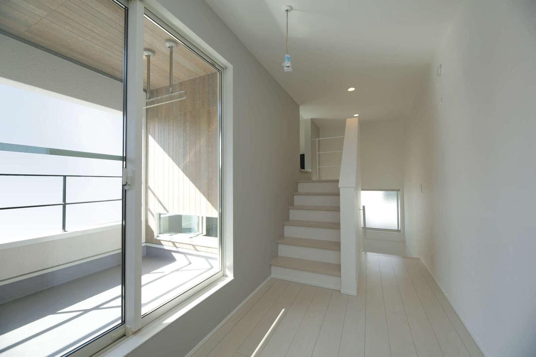 レオック【デザイン住宅、収納力、間取り】2.5階の階段前。屋根の付いたインナーバルコニーは、奥行きがあり使い勝手がよく、天候に関係なく洗濯物を干せると奥様から喜びの声