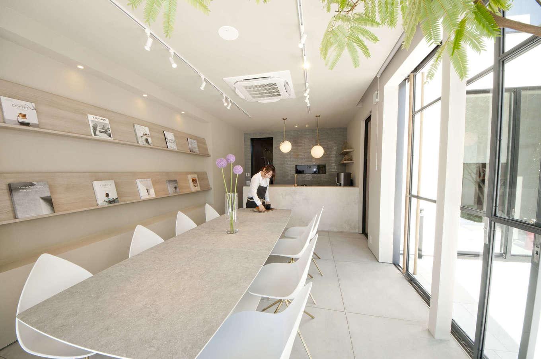 """レオック【豊橋市神野新田町中島10・モデルハウス】「Works」1階の店舗スペース。""""「働く」と「住む」の新しい関係""""をテーマに考えられた1階店舗スペースは、お店の用途やイメージに合わせてデザイン・プランニングを選べる。1階店舗スペースはガレージへの変更も可能"""