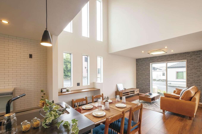 アフターホーム【富士市久沢472・モデルハウス】フラットな対面キッチンから見える吹き抜け空間が特徴のリビング。明るく開放感があふれる