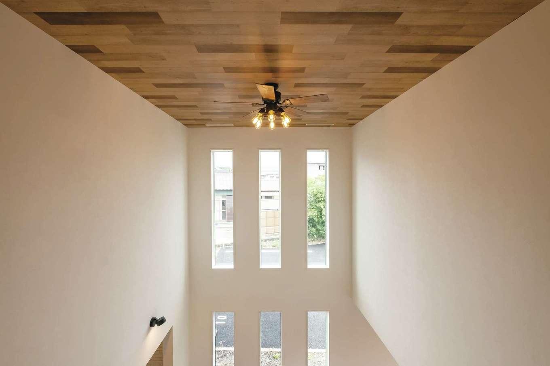 アフターホーム【富士市久沢472・モデルハウス】吹き抜け上部にシーリングファンを。木目調の天井が上質感をかもし出す