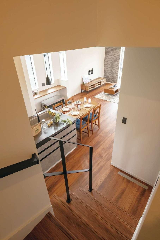 アフターホーム【富士市久沢472・モデルハウス】階段の手すりはアイアン。視線が抜けて空間の広がりを感じさせる