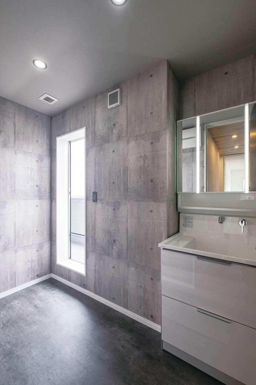 アフターホーム【富士市久沢472・モデルハウス】2階の洗面室はバルコニーにつながり、洗濯動線が短くてすむ