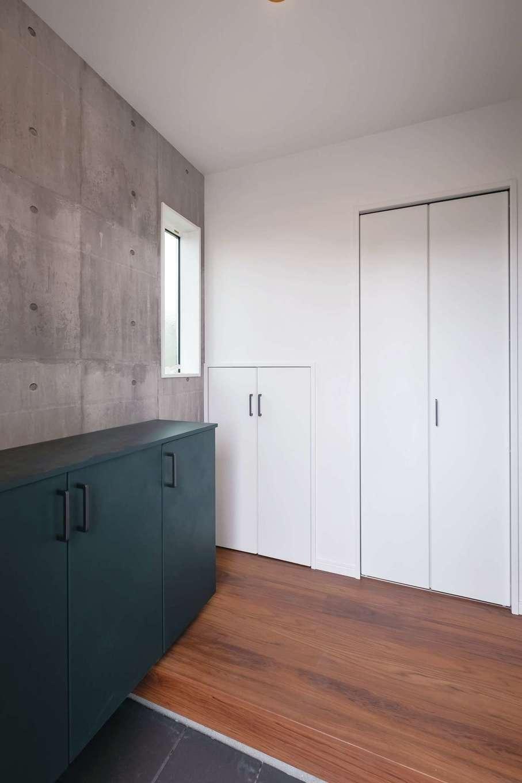 アフターホーム【富士市久沢472・モデルハウス】玄関には靴箱のほかに階段下を利用した大小の収納も