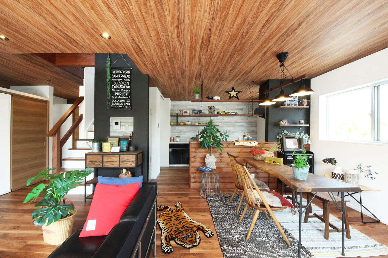 illi-to design 鳥居建設21【デザイン住宅、趣味、インテリア】グリーンがよく映えるカフェスタイルのキッチンから、家族がどこにいても気配を感じられる