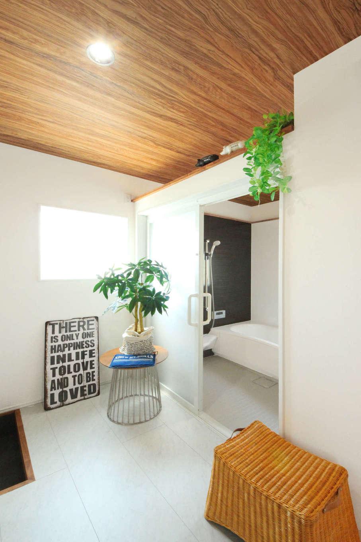 illi-to design 鳥居建設21【デザイン住宅、趣味、インテリア】サニタリーで汚れた服を着替えてからリビングへ