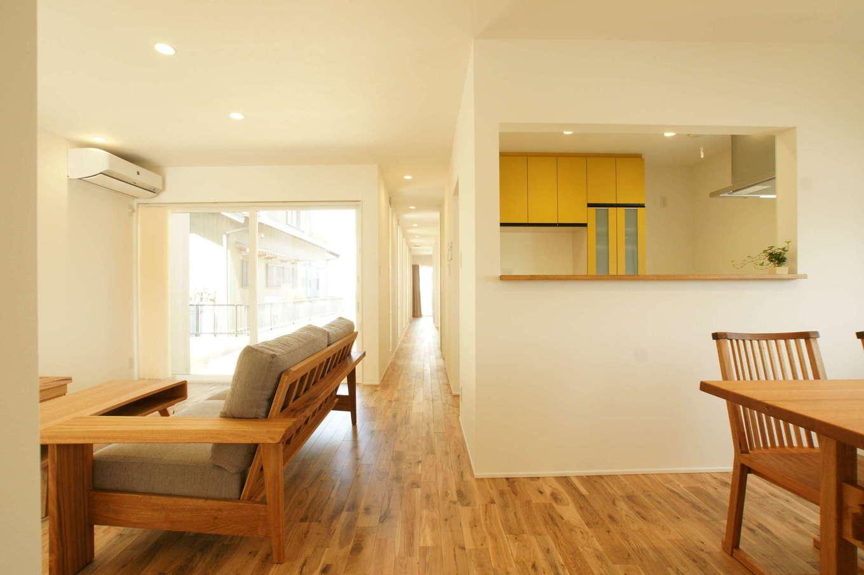 RIKYU (リキュー)【間取り、建築家、平屋】つながりをもたせながら、緩やかにゾーニングされたLDK。ワンフロアなので、家族がどこにいてもキッチンから気配を感じとれる。一直線に伸びる長い廊下が開放感をもたらす