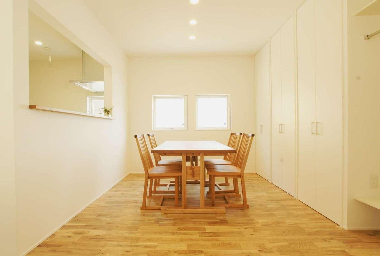 RIKYU (リキュー)【間取り、建築家、平屋】収納建具も白で統一したダイニングキッチン。無垢の床の肌触りを楽しむために、夏も冬も素足で過ごす