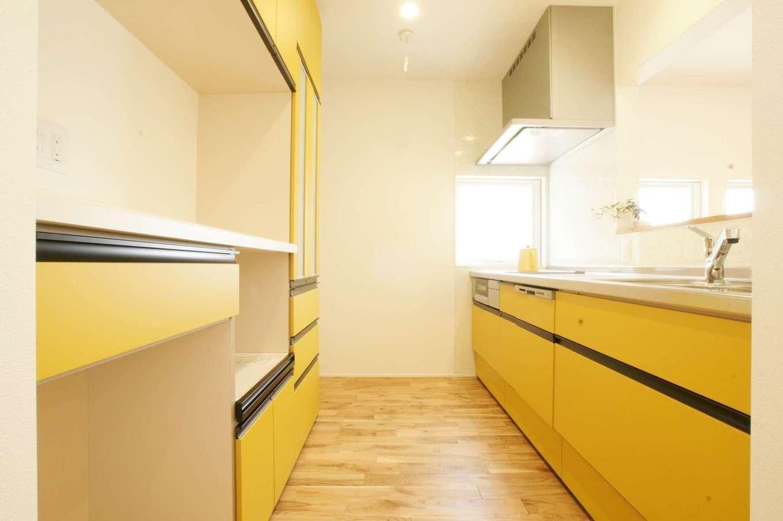 RIKYU (リキュー)【間取り、建築家、平屋】奥さまの大好きなイエローを基調としたキッチンと食器棚。リビングから手元が見えないよう、キッチンのカウンターを高めにした