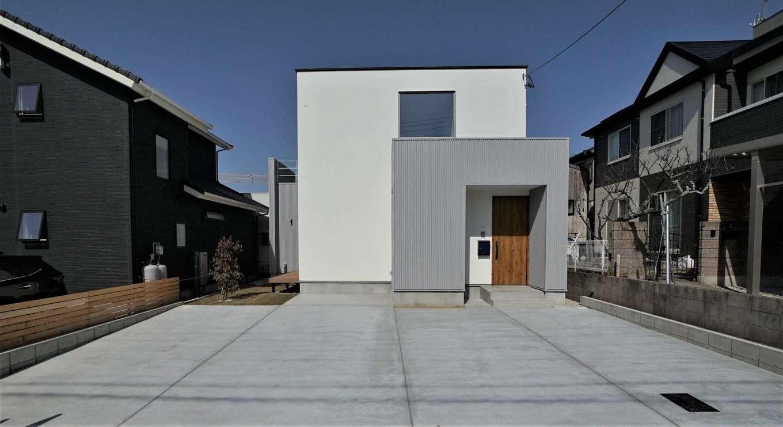 RIKYU (リキュー)【収納力、夫婦で暮らす、建築家】通気性と伸縮性があり、ひび割れしないスタッコフレックスの塗り壁とグレーのサイディングを組み合わせたシンプルモダンな外観。2階吹抜けの大きなFIX窓からたっぷりの光を取り込む