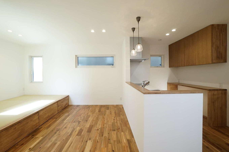 RIKYU (リキュー)【収納力、夫婦で暮らす、建築家】将来子どもが生まれたとき、キッチンから様子を見ながら料理できるよう、正面に畳コーナーを設けた。かわいいペンダントライトもお気に入り