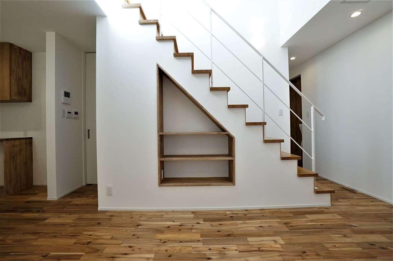 RIKYU (リキュー)【収納力、夫婦で暮らす、建築家】階段下のスペースを有効活用して、カバンなどを置ける収納スペースを造作。リビングやダイニングテーブルが散らかることもなく、空間を常にすっきりと保てる