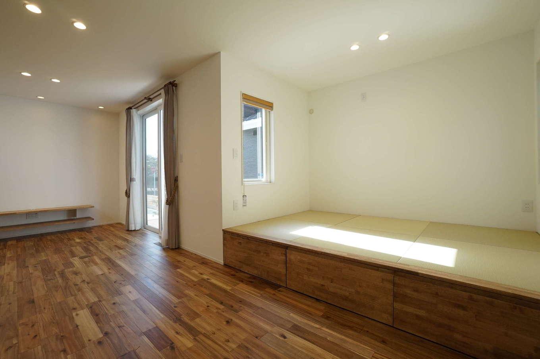 RIKYU (リキュー)【収納力、夫婦で暮らす、建築家】3畳の畳コーナー。小上がりにしたことでベンチ代わりにもなる。ゴロンと横になったり、洗濯物をたたんだり、多用途に使えて便利。畳の下は収納スペース