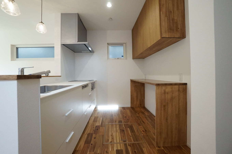 RIKYU (リキュー)【収納力、夫婦で暮らす、建築家】無垢の床の質感、色に合わせてカップボードや収納棚を木で造作してもらった
