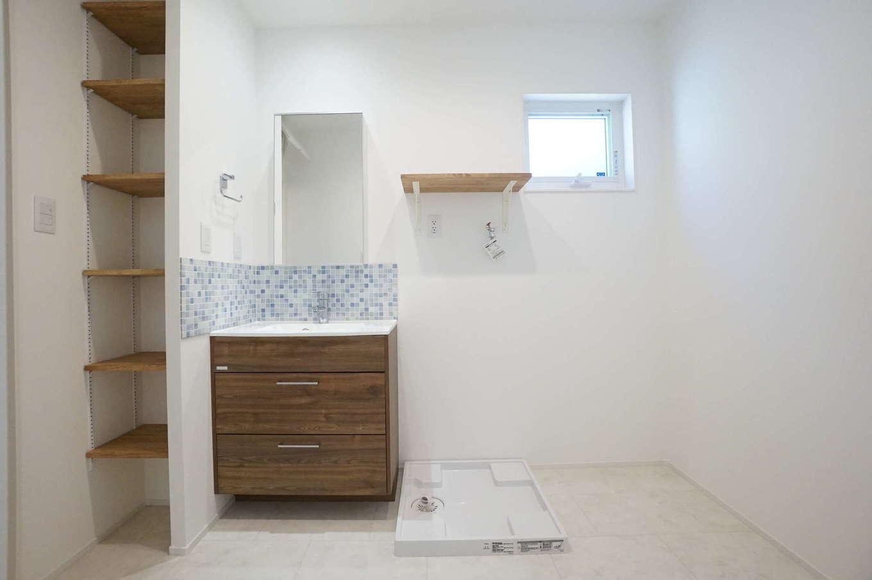 RIKYU (リキュー)【収納力、夫婦で暮らす、建築家】洗濯物をたっぷり干せる広い脱衣室が、共働き夫婦の家事時間を短縮する。淡いブルーのモザイクタイルは『リキュー』の女性コーディネーターと奥さまが一緒に選んだ