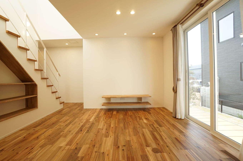 RIKYU (リキュー)【収納力、夫婦で暮らす、建築家】無垢の木をふんだんに使ったナチュラルテイストのリビングは、心からリラックスできる。吹抜けと大きな窓からたっぷりの光が降り注ぎ、開放感抜群。アカシアの床の経年変化も楽しみ