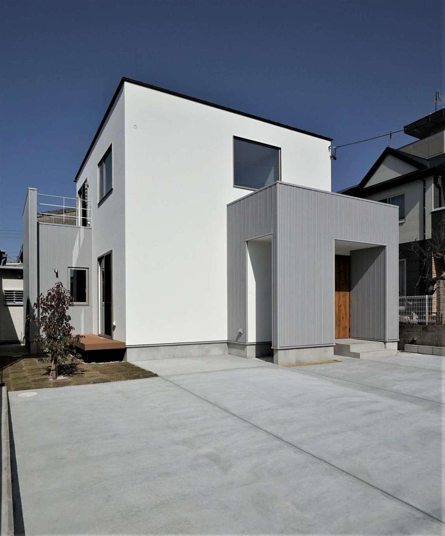 RIKYU (リキュー)【収納力、夫婦で暮らす、建築家】四角いハコを2つ並べたような斬新な外観デザイン。限られた土地でも、ウッドデッキと庭を確保して、スローな暮らしを楽しむ