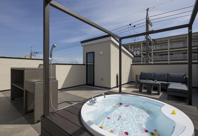 幸和ハウジング【静岡市駿河区桃園町1-1・モデルハウス】ジャグジー付きの屋上庭園。花火鑑賞や子どものプール遊び、バーベキューなど、楽しみ方もいろいろ。周囲の視線を気にせず、プライベートなひとときをリゾート気分で楽しめる