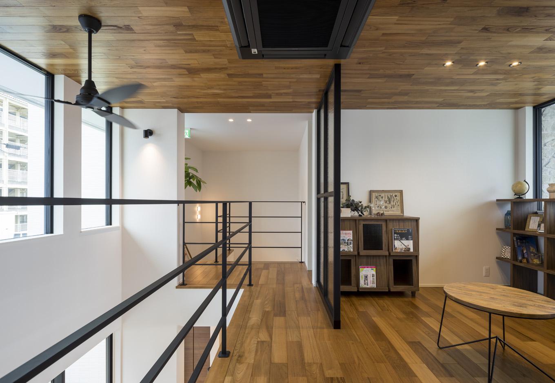 幸和ハウジング【静岡市駿河区桃園町1-1・モデルハウス】アイアンの手すりがスタイリッシュな2階のホール。2階には6畳の個室が2部屋と8畳の寝室が1部屋ある。どの部屋も適所に設けた窓から明るい光が注ぎ、窓を開ければ風が家中を心地よく巡る