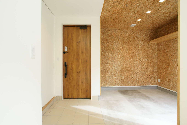 RIKYU (リキュー)【趣味、間取り、建築家】ご主人が趣味を楽しむための広い土間玄関スペース。OSB合板を貼って男前な雰囲気を演出した