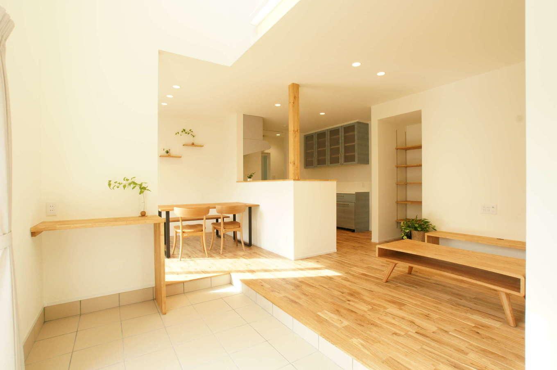 RIKYU (リキュー)【趣味、間取り、建築家】土間とリビングのつながりを持たせつつ、わずかな段差を設けて変化をつけたLDK。無垢の床の経年変化も楽しみ