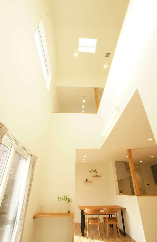 RIKYU (リキュー)【趣味、間取り、建築家】土間スペースの上部は吹抜けに。住宅密集地のため、天窓をプラスして採光を確保した。高い断熱性と気密性によって、冷暖房効率を逃さず、夏も冬も薄着で快適に過ごすことができる