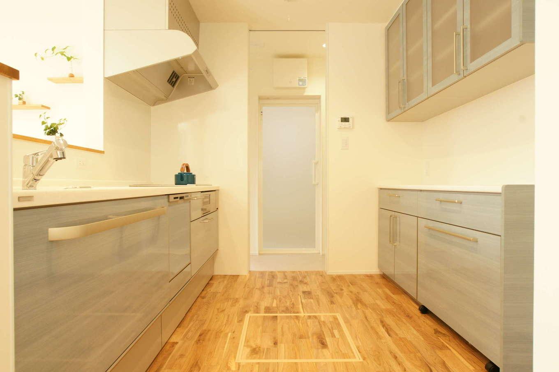 RIKYU (リキュー)【趣味、間取り、建築家】作業スペースを広めにとったキッチン。扉を開けると浴室、洗面脱衣室と直結し、ぐるぐると回遊できる
