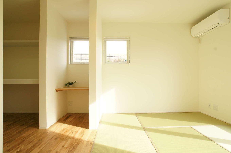 RIKYU (リキュー)【趣味、間取り、建築家】ベッドではなく布団で寝る生活スタイルを考慮して、2階の主寝室は和室に。ウォークインクローゼットとの間にPCカウンターを造作した
