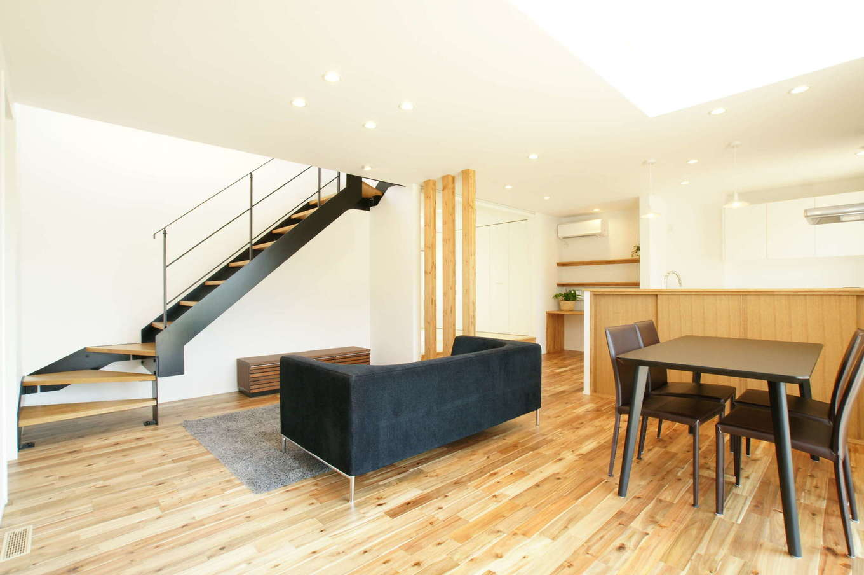 RIKYU (リキュー)【子育て、間取り、建築家】開放感あふれる吹抜けのLDKは22畳。スケルトンの鉄骨階段がアクセントになっている