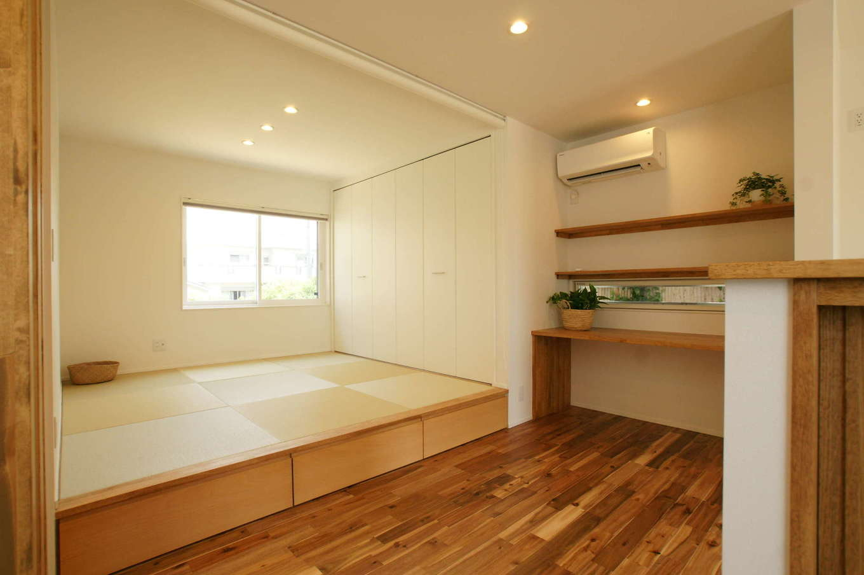 RIKYU (リキュー)【子育て、間取り、建築家】キッチンから見える場所に設けた小上がりの畳コーナー。ちょっと横になりたいときや、洗濯物をたたむなど、さまざまな使い方ができて重宝している。まだら模様の床は無垢のアカシア