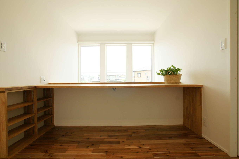 RIKYU (リキュー)【子育て、間取り、建築家】吹抜けに面した2階のフリースペース。室内干し兼用で、カウンターで洗濯物をアイロンがけすることもできる