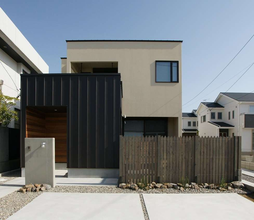 RIKYU (リキュー)【子育て、収納力、間取り】塗り壁とサイディングをバランス良く組み合わせた、ホッとする外観デザイン。庭やバルコニーが丸見えにならないよう、プライバシーを確保しつつ光と風を通す設計手法が光る