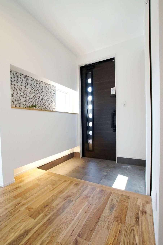 RIKYU (リキュー)【子育て、収納力、間取り】土間仕上げの玄関ホール。ニッチのモザイクタイルがアクセントに。収納も充実させて、散らかりがちな玄関も常にスッキリと
