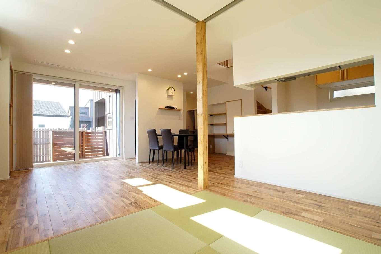 RIKYU (リキュー)【子育て、収納力、間取り】17.6畳のLDK+4.5畳の和室。つながりを持たせながら、緩やかにエリア分けしたことで家族それぞれの居場所がある。肌触りのいい床は無垢のオーク材