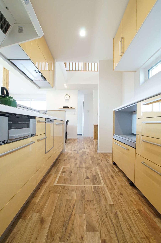 RIKYU (リキュー)【子育て、収納力、間取り】行き止まりのない、回遊性の高いキッチン動線が共働き・子育て奥さまの家事負担を軽減。吹抜けを通して、2階の気配も感じることができる