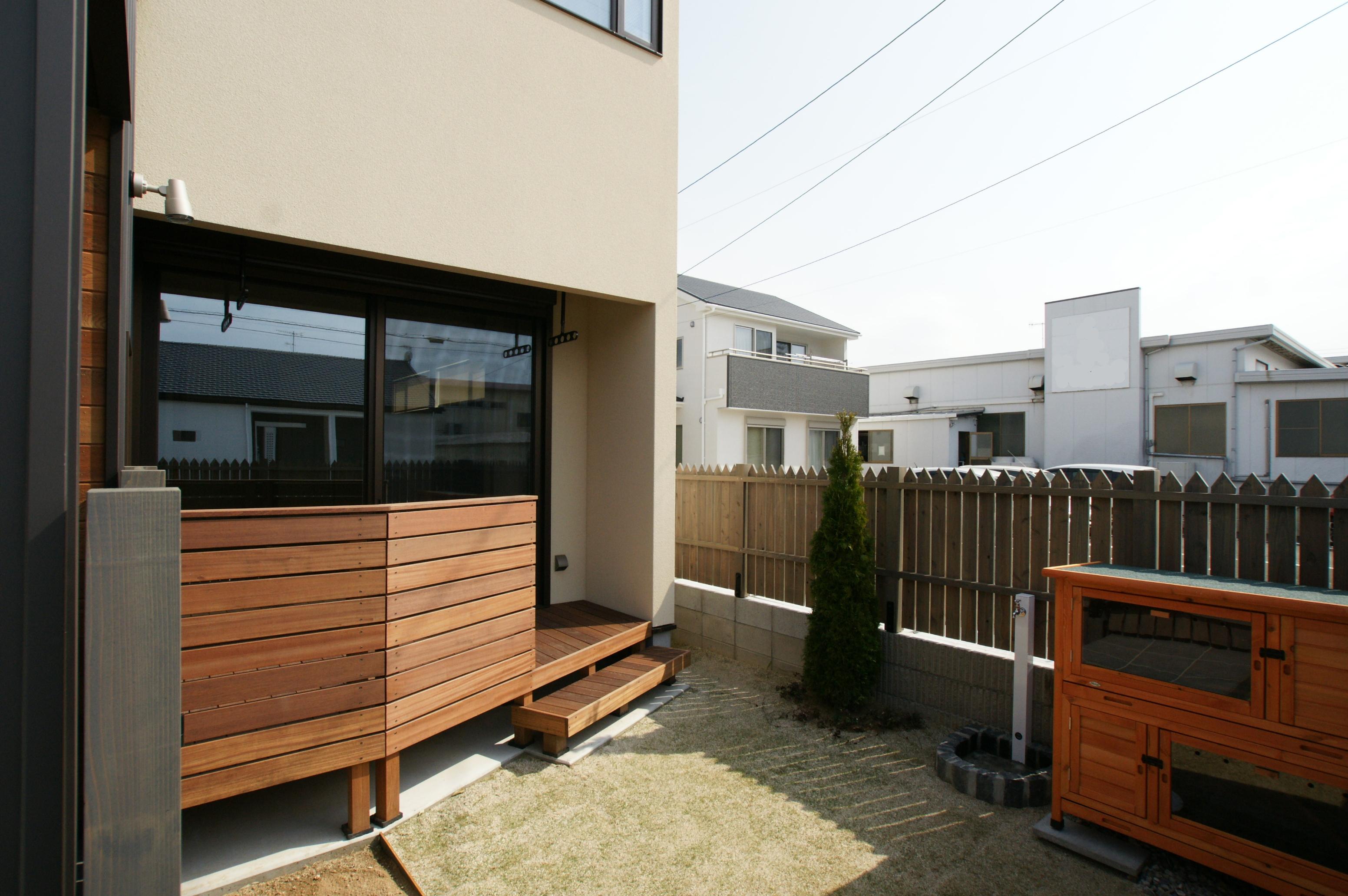 RIKYU (リキュー)【子育て、収納力、間取り】家族みんなが憧れていた、庭のある暮らしが実現。木製の格子塀で外からの視線を遮りながら、BBQや子どもプールを存分に楽しめる