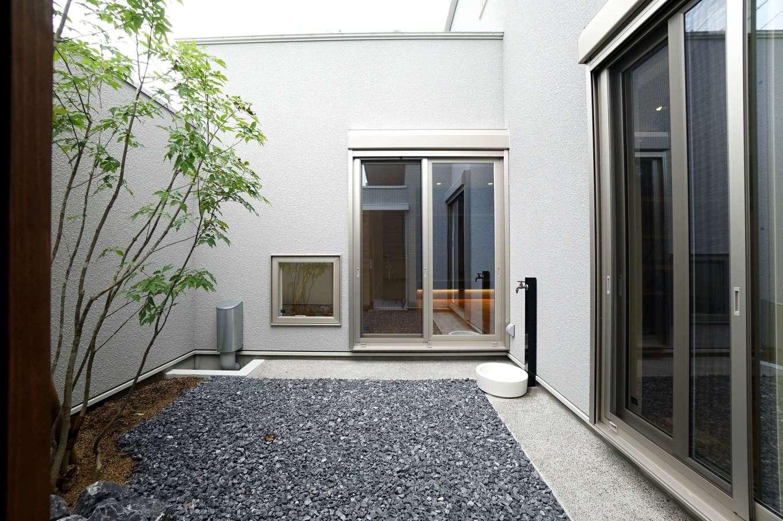 RIKYU (リキュー)【収納力、間取り、建築家】住宅密集地で採光が難しいため、広い中庭を作って光と風を招き入れるようい設計した。外からの視線をシャットアウトしつつ、BBQやプールを楽しめる