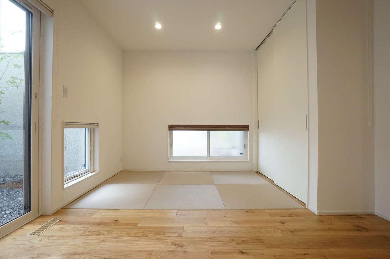 RIKYU (リキュー)【収納力、間取り、建築家】リビングとフラットにつながる畳コーナー。地窓を2方向につくり、十分な明るさを確保した