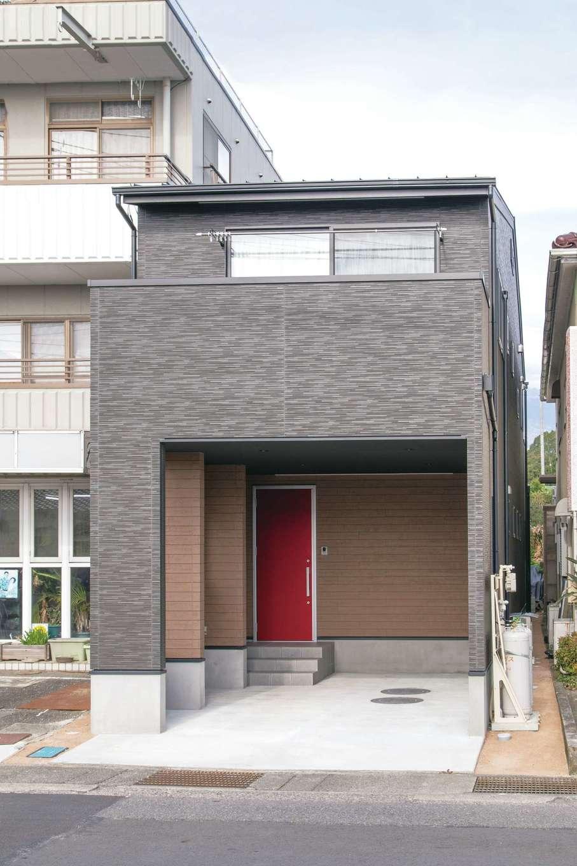 建築システム(狭小住宅専門店)【1000万円台、狭小住宅、ガレージ】2階のリビングを広く取ったため、ビルトインガレージも実現。道路に面していてもバルコニーの壁のおかげでプライバシーが守られる。土地の奥側には、別に物干し用のバルコニーを設置した