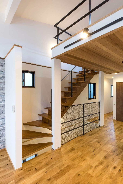 建築システム(狭小住宅専門店)【1000万円台、狭小住宅、ガレージ】DKの上部は、階段で上り下りする広々ロフトと収納スペース。LDKと一つの空間なので、子どもの遊び場にしても、お互い気配を感じられ安心。階段と揃えたアイアンの手すりはオリジナルの造作