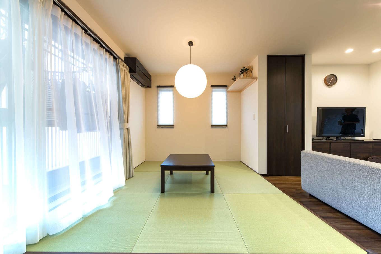 建築システム(狭小住宅専門店)【収納力、二世帯住宅、狭小住宅】リビングの畳コーナー。座布団の上でくつろいだり、気軽にごろ寝を楽しんだり。リビングでは同じ空間にいながらも、家族が思いおもいの場所でそれぞれの過ごし方ができる