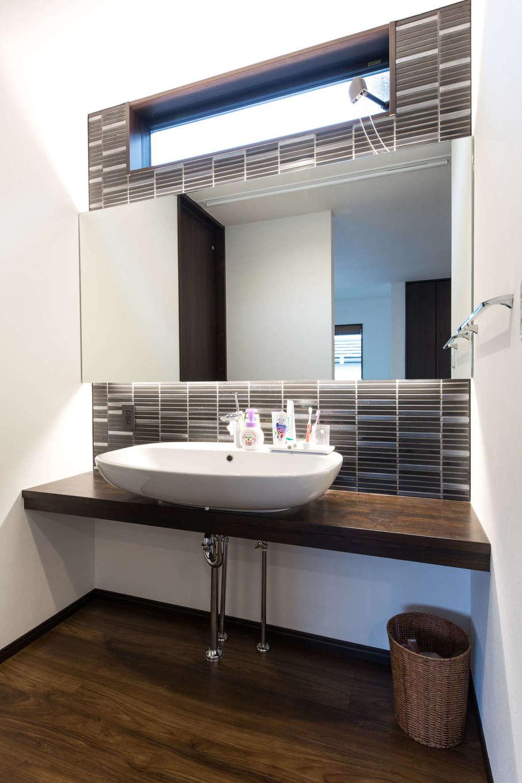 建築システム(狭小住宅専門店)【収納力、二世帯住宅、狭小住宅】日常の身支度時間が重なりがちな洗面所。鏡は壁の幅いっぱいの大きなサイズにし、オープンなスペースとして設けることで、朝の洗面渋滞も回避。上部のスリット窓で換気対策もばっちり