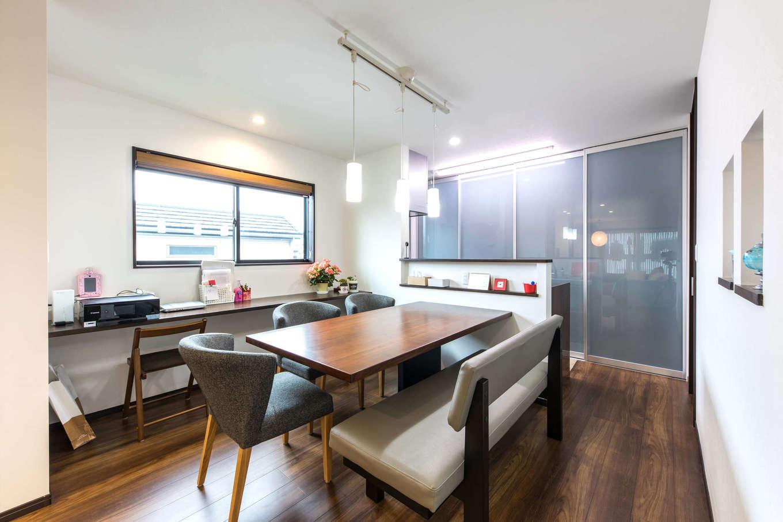 建築システム(狭小住宅専門店)【収納力、二世帯住宅、狭小住宅】ダイニング脇にはマルチに使えるカウンターを造作。キッチンカウンターには、ダイニングテーブルの高さに合わせて使いやすいニッチを