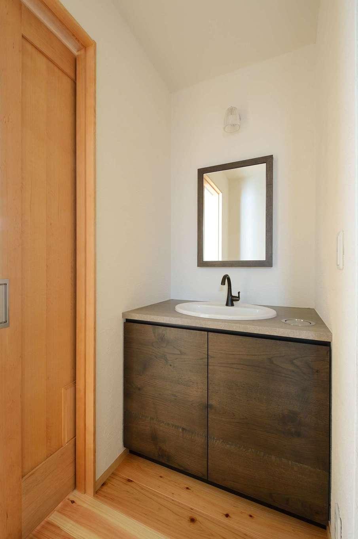 ツリーズ【趣味、自然素材、平屋】キッチンと同じ墨を使ったオリジナル造作の洗面台