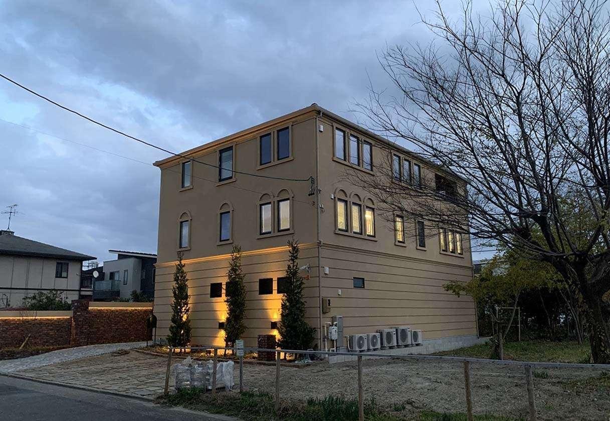 ツリーズ【デザイン住宅、輸入住宅、建築家】まるで異国の地に佇むような重厚かつエレガントな雰囲気の建物。新しいのになぜか歴史を感じる外観デザインにうっとり